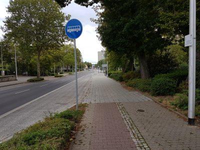 """An der Bushaltstelle fehlt leider noch das geplante Schild """"Radfahrer frei""""."""
