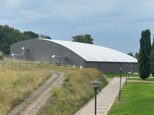 Muschel oder Lagerhalle? Das Festzelt im Brückenkopfpark